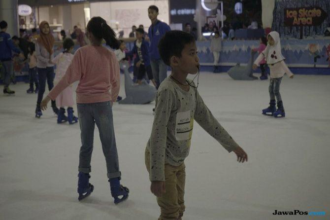 Libur Lebaran, Ajak Anak Rasakan Dinginnya Berseluncur di Ice Skating