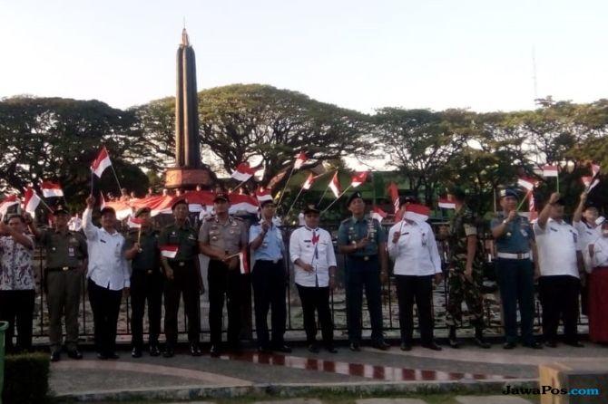 Lingkari Tugu Malang, Ratusan Orang Bentangkan Bendera Raksasa