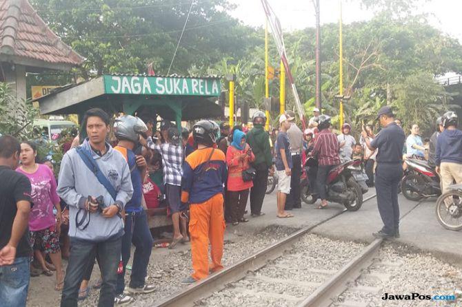 Kecelakaan mobil ditabrak kereta api di pagesangan surabaya.