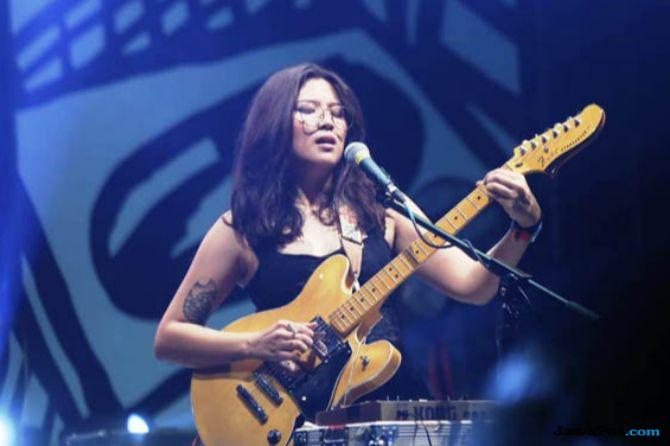Menghayati Lagu, Danilla Manggung Sambil Merokok di Synchronize Fest