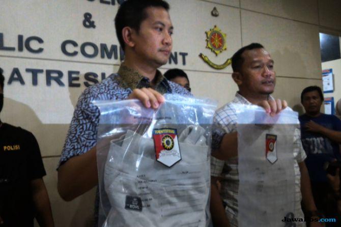 Kasatreskrim Polrestabes Makassar Kompol Wirdhanto Hadicaksono menunjukkan barang bukti penikaman yang dilakukan  driver ojek online