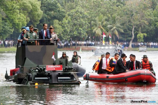 Naik Panser Anoa Amphibi, Presiden Jokowi: Senang Sekali