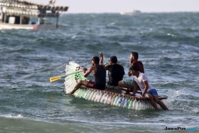 Nelayan Gaza Bikin Kapal dari Botol