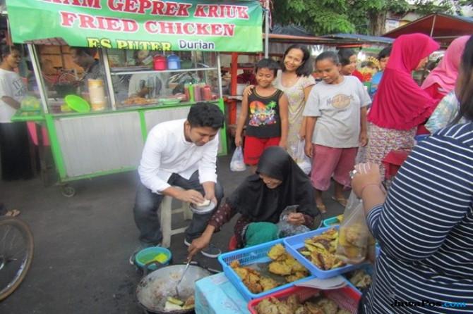 Ngabuburit di Karang Menjangan, Emil Jadi Koki Martabak Mie
