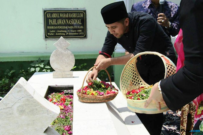 Nyekar ke Makam Pendiri NU, Emil: Mbah Wahab Patut Diteladani