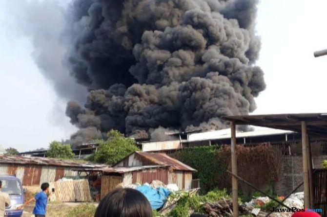 Pabrik Sepatu di Kalideres Dilalap Si Jago Merah