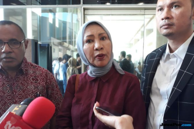 Ratna Sarumpaet saat diwawancarai awak media di gedung DPR, beberapa waktu lalu.