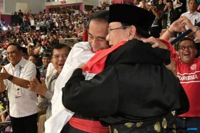 Pelukan Hangat Jokowi dan Prabowo, Kang Emil Beri Dua Jempol
