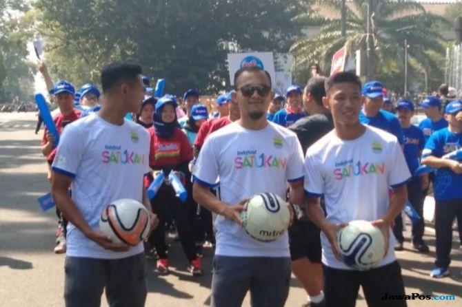 Pemain Persib Bandung Ikut Iring-iringan Pawai Obor Api Asian Games