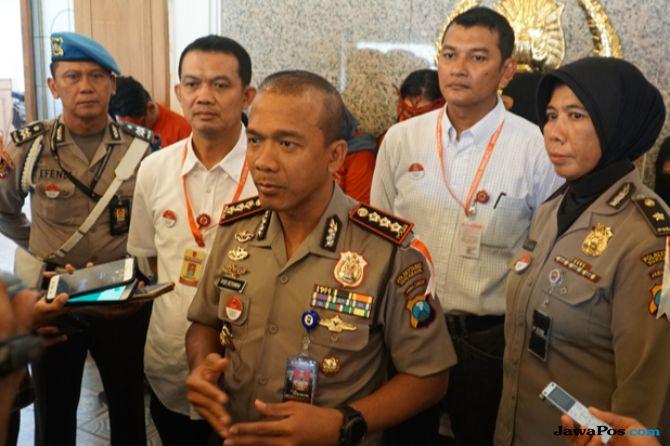 Kapolrestabes Surabaya Kombespol Rudi Setiawan saat menjelaskan kronologis penangkapan tiga tersangka penjualan bayi di Instagram.