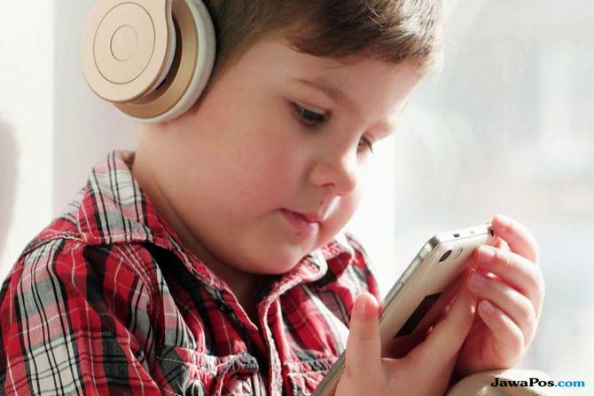 anak main smartphone, bahaya anak smartphone, risiko musik portable