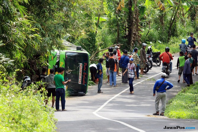 Petaka Bus Pembawa Rombongan Siswa SD, Tak Kuat Nanjak Lalu Terguling