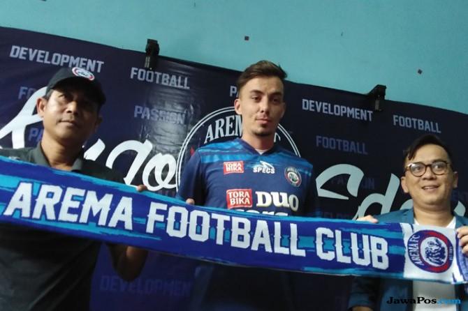 Joko Susilo memperkenalkan Rodrigo di kantor Arema