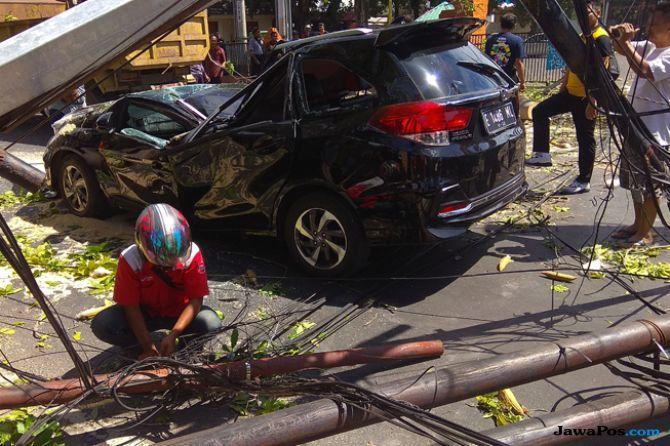 Pohon Randu Besar Timpa Mobil dan Motor, Satu Korban Tewas