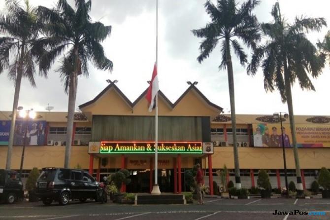 Polda Riau dan Jajaran Kibarkan Bendera Setengah Tiang