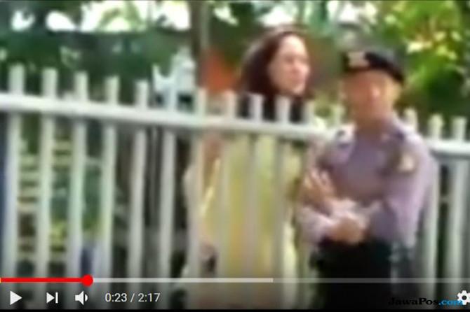 Polisi Selidiki Video Anggota Diperiksa Perempuan Berpakaian Mini