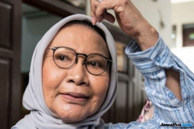 Aktivis HAM Ratna Sarumpaet menjadi korban pengeroyokan orang tak dikenal. Fotonya wajarhnya yang bakal belur, belakangan beredar di media sosial.
