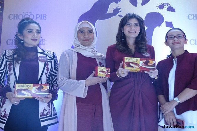 Potret Ibu Zaman Now, Panggil Keluarga Makan Pakai Medsos
