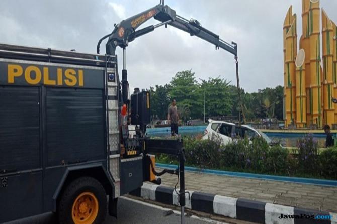 Pria yang Bawa Mobil Terjun Bebas ke Kolam Diminta Perbaiki Kerusakan