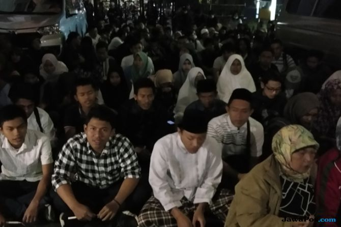 Prihatin Wakil Rakyat Jadi Koruptor, Warga Malang Gelar Istighotsah