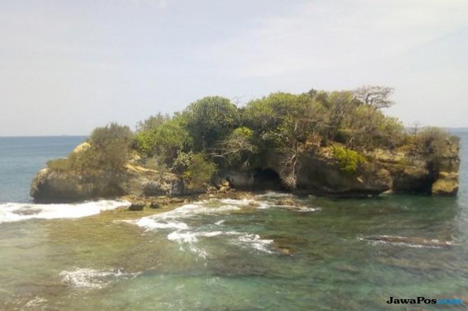 Pulau Pecang Memiliki Air Laut yang Hijau Berlapis Biru