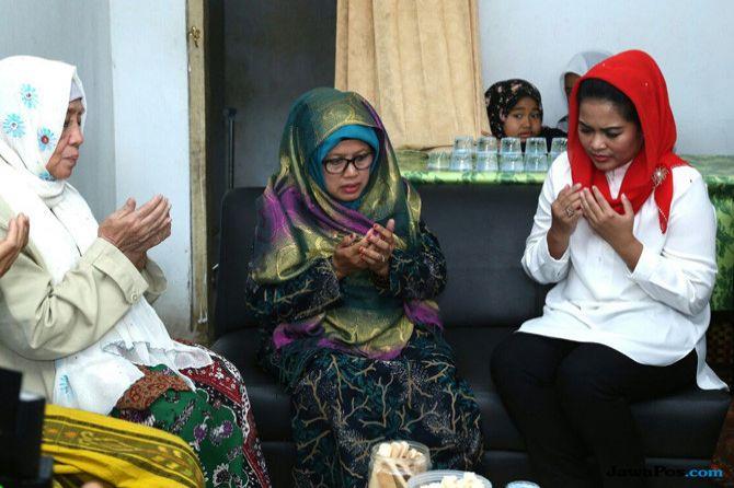 Puti Minta Doa Restu Keluarga Pendiri Ponpes Annuriyyah