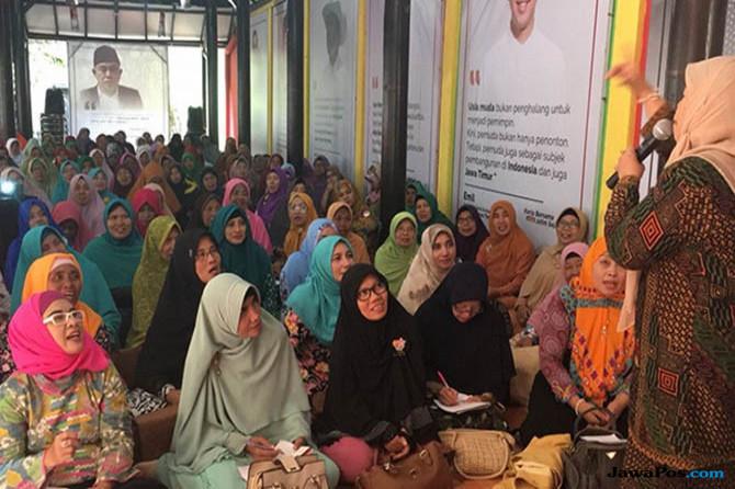 Ratusan Ibu-ibu Muslimat NU Geruduk Rumah Aspirasi Khofifah-Emil