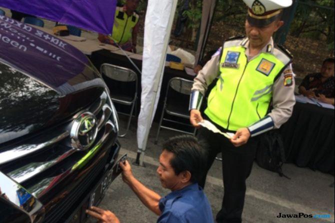 Razia Pajak Kendaraan, Petugas Malah Temukan Mobil Gunakan Pelat Ganda