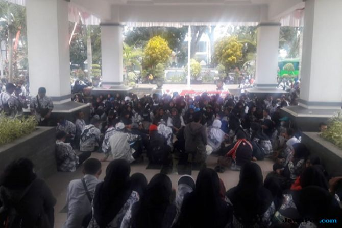 Ribuan Guru Honorer Menangis, Protes ke Gedung DPRD Kabupaten Malang