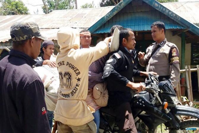 Rumah Duka Sulit Diakses, Polisi Boncengkan Mayat selama Empat Jam