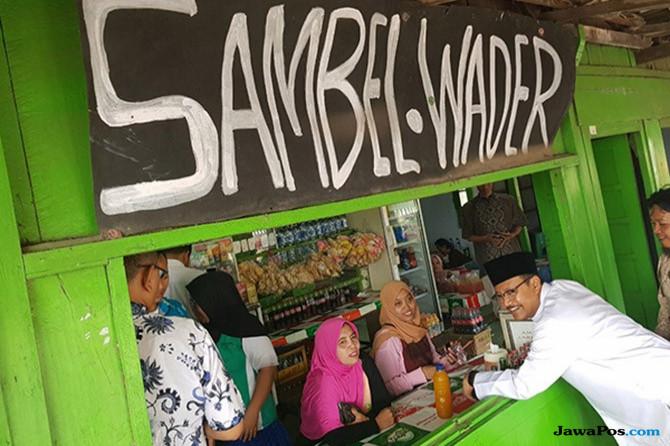 Santap Iwak Wader, Gus Ipul Tak Segan Makan di Warung Kaki Lima