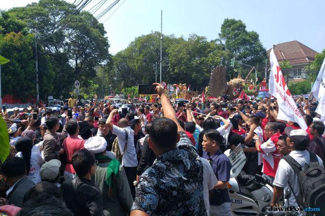 Sapa Pedukung, Jokowi Jalan Kaki dari Gedung KPU