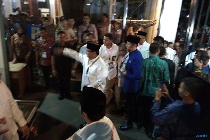 Tak Ada SBY, Prabowo Tiba di KPU Didampingi AHY