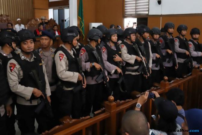 Tegang! Aman Sujud di Ruang Sidang, Petugas Bersenjata Bentuk Blokade