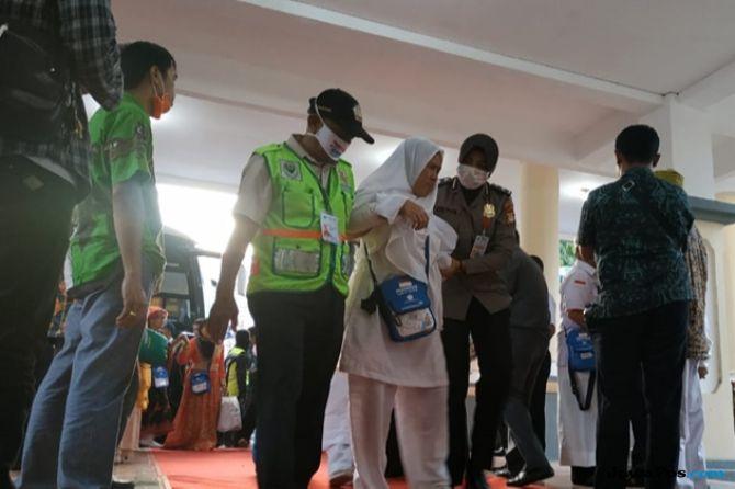 Tiba di Makassar, 11 Jamaah Haji Dilarikan Dengan Ambulans