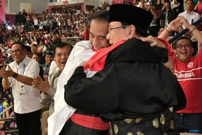 Jokowi Berpelukan dengan Prabowo