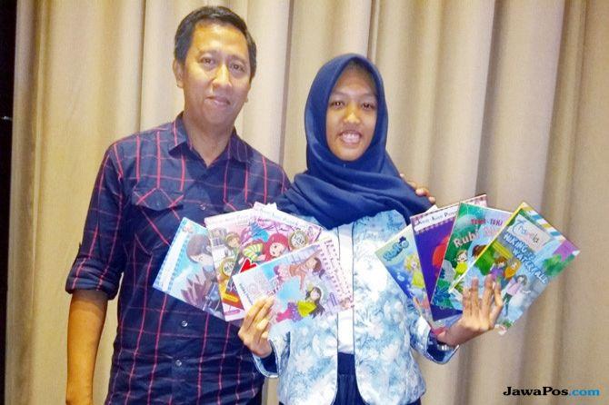 Fayanna Ailisha Davianny dan ayahnya, Martono Asmari, usai diskusi tentang literasi di Jakarta Mei lalu. (FERLYNDA PUTRI/Jawa Pos)