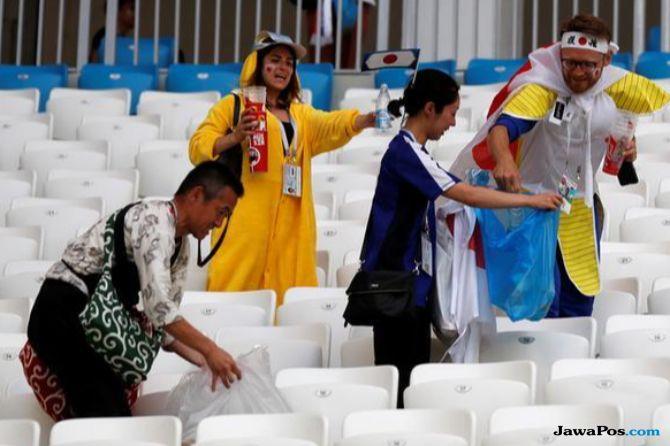 Wow, Suporter Jepang Bersihkan Sampah di Stadion Piala Dunia
