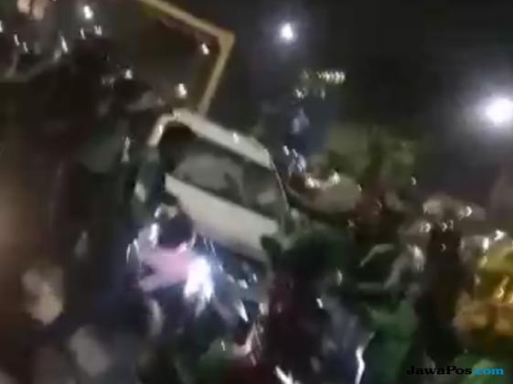 Brutal! Video Sekelompok Ojek Online Rusak Mobil di Underpass Senen
