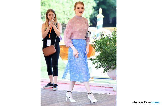Curi Perhatian! Intip 4 Gaya Chic Emma Stone