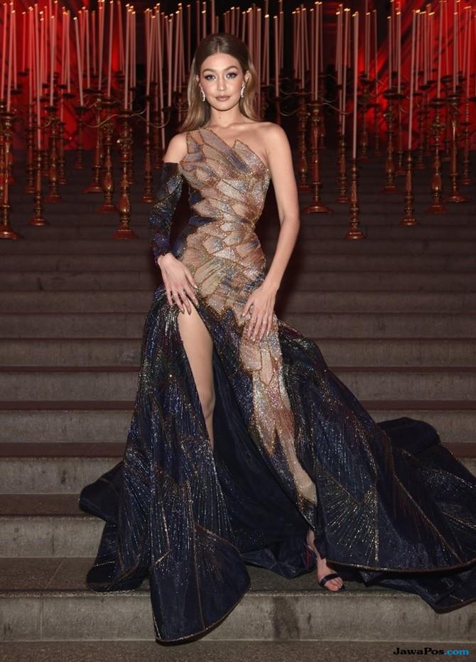 Gunakan Versace, Gigi Hadid dan Blake Lively Jadi Sorotan di Met Gala