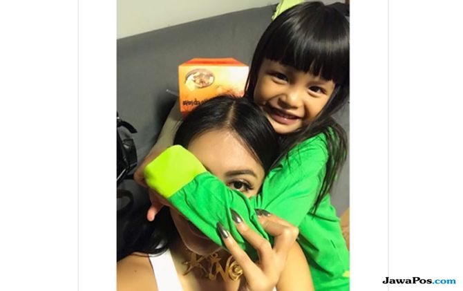 Jenguk Putri Denada, Pesinetron Gracia Indri Bawakan 'Little Pony'