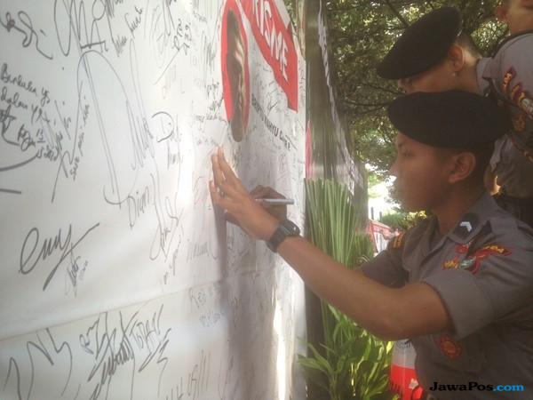 Karangan Bunga #KamiTidakTakutTeroris Penuhi Kawasan CFD di Jakarta