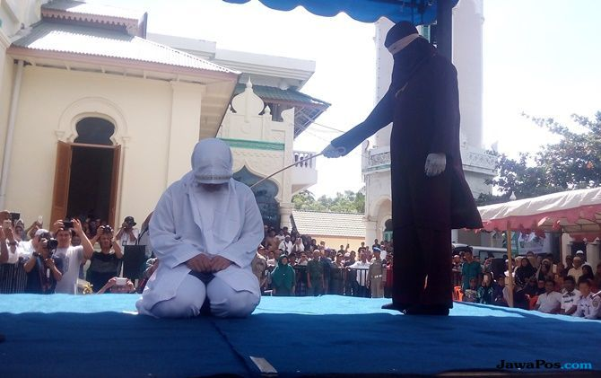Langgar Syariat, Gay di Aceh Mendapat 172 Sabetan Cambuk