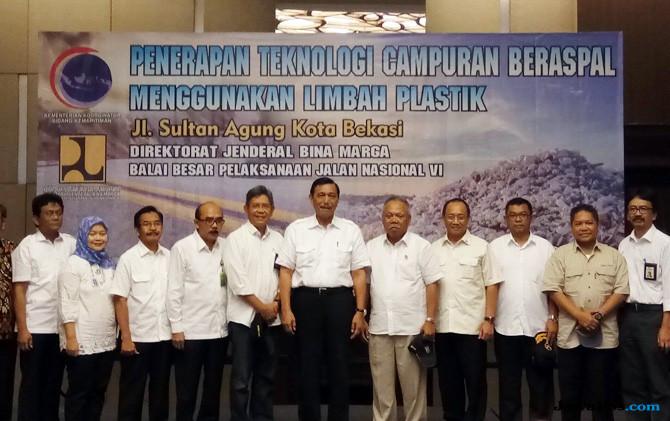 Manfaatkan Limbah Plastik untuk Pembangunan Jalan