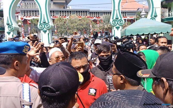 Massa #2019GantiPresiden Bentrok dengan Banser di Dalam Masjid