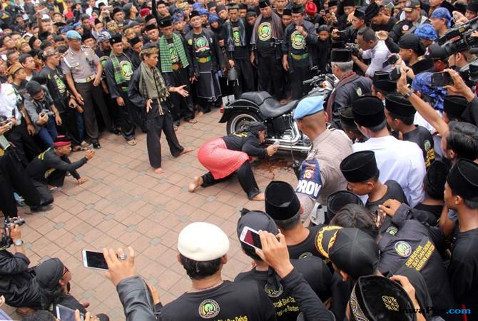 Pecahkan Rekor, 3 Ribu Jawara Banten Main Debus Tebas Leher