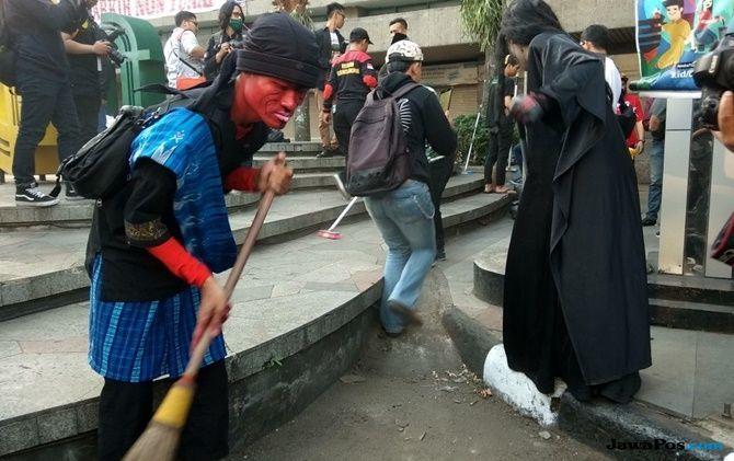 Penampakan Hantu Ditengah Kegiatan Beberes Bandung