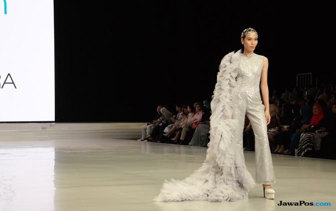 Penuh Bling-bling, Barli Asmara Hadirkan Gaun Klasik dan Seksi di IFW