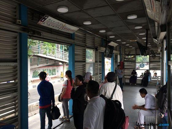 Penumpang Bus TJ Sesak Napas Hirup Udara Bekas Tembakan Gas Air Mata